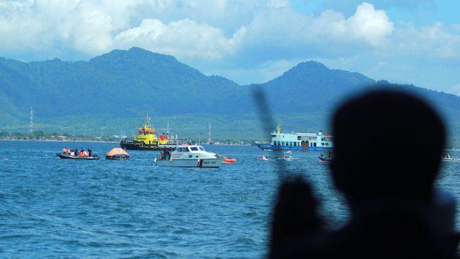 Kapal Motor Penumpang (KMP) Pengayoman tenggelam di Nusakambangan, Cilacap, Jawa Tengah, Jumat (17/9). Petugas mengevakuasi para penumpang.