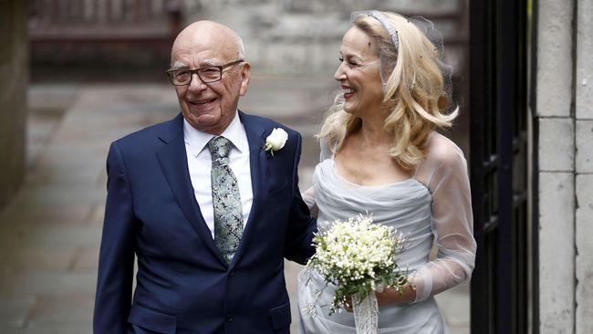 Taipan media Rupert Murdoch menikah dengan aktris Jerry Hall yang merupakan mantan Mick Jagger.