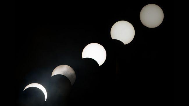 Montase foto gerhana matahari saat bayangan bulan bergeser hingga hingga bayangan bulan terbuka semua dilihat dari Pantai Soagimalaha di Maba, Halmahera Timur, Maluku Utara, Selasa (8/3). GMT di Maba berdurasi 3 menit 17 detik kegelapan. ANTARA FOTO/Rosa Panggabean/ama/16.