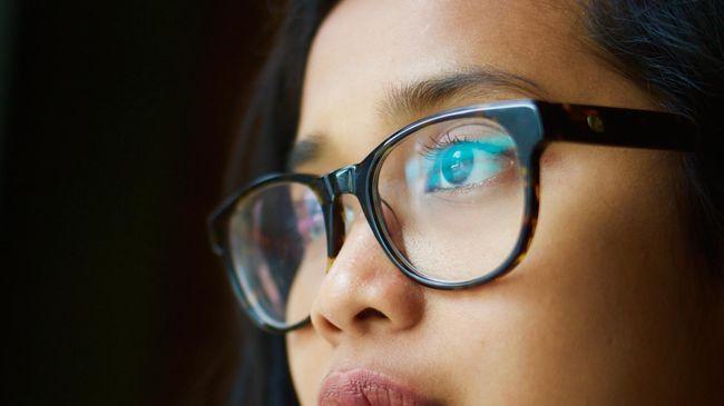 Studi terbaru menemukan, orang yang menggunakan kacamata memiliki risiko tiga kali lebih kecil terpapar virus corona penyebab Covid-19.