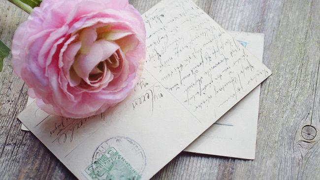 Mengungkapkan kasih sayang tidak melulu lewat surat dan kartu ucapan, ungkapan cinta juga bisa dimasukkan dalam pie ceri berbentuk amplop.