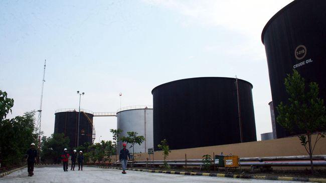 Harga minyak melonjak 1 persen pada perdagagan Senin (20/5) hari ini, setelah Arab Saudi mengindikasikan ada konsensus OPEC untuk terus membatasi pasokan.