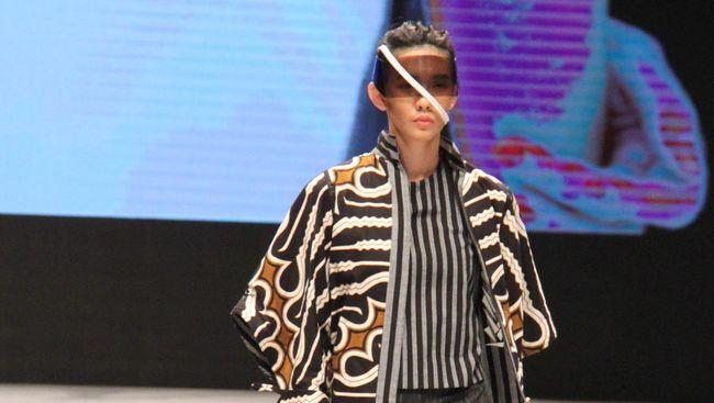 Di gelaran Indonesia Fashion Week, bukan hanya busana muslim yang jadi titik berat melainkan juga upaya melestarikan kain-kain tradisonal.