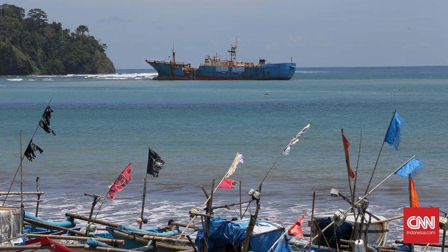Kepolisian menahan kru dua kapal asing yang melakukan pencurian ikan di perairan Selat Malaka dan menetapkan delapan orang sebagai tersangka.