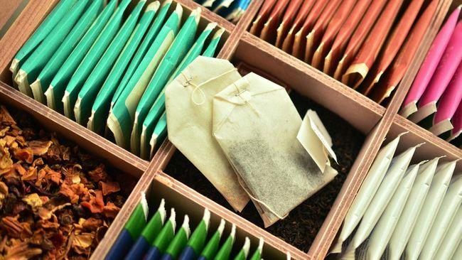 Selain es batu, tomat dan mentimun, kantong teh celup juga bisa menjadi salah satu pilihan digunakan sebagai masker untuk mata.
