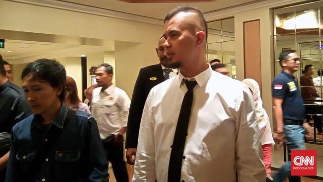 Ahmad Dhani tiba di Kantor Pajak sekitar pukul 10.00 WIB dan belum juga keluar setelah dua jam menjalani pemeriksaan.
