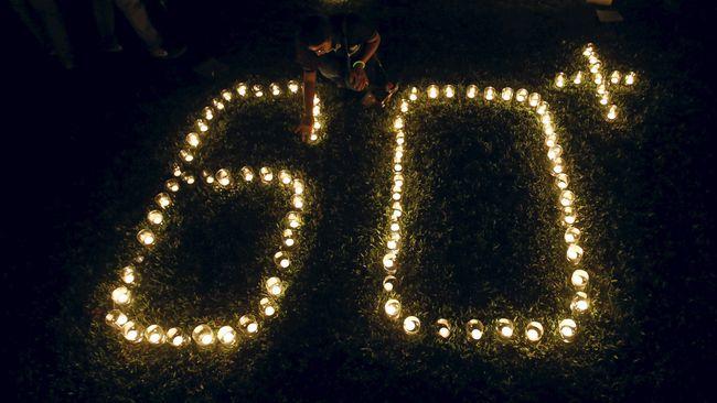 Pada hari ini, Sabtu (24/3), sejumlah negara di dunia termasuk Indonesia memeringati Earth Hour dengan mematikan seluruh lampu selama 1 jam, dari 20:30-21:30.