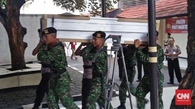 Sebanyak 12 jenazah prajurit TNI yang meninggal dalam kecelakaan Heli MI 17 dipulangkan ke daerah keluarga untuk dimakamkan oleh pihak keluarga.