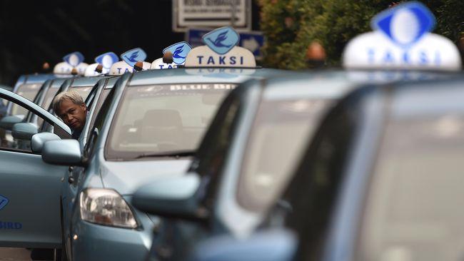 Bluebird mengungkap jurus-jurus yang diyakini bisa menyaingi taksi online seperti milik Grab dan Gojek.