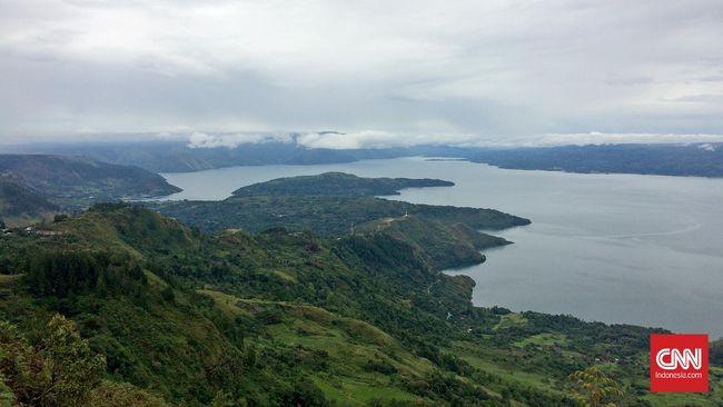 Pemandangan Danau Toba dilihat dari Panatapan Huta Ginjang, Kecamatan Muara, Tapanuli Utara, Sumatera Utara, Selasa (22/3). (CNN Indonesia/Lalu Rahadian)