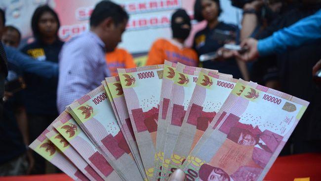Tiga penggagas dan pelaksana arisan online yang merugikan ratusan warga Makassar ratusan juta rupiah ditetapkan sebagai tersangka.