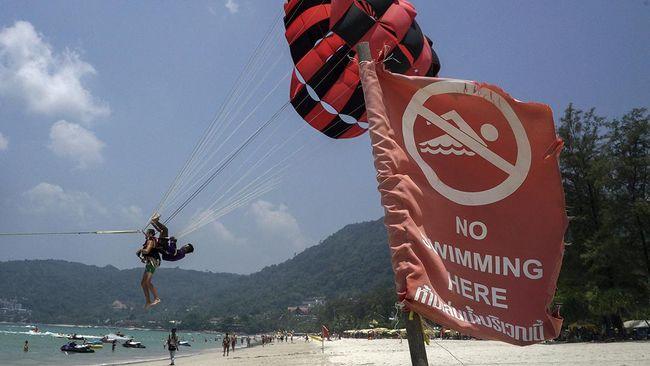 Badai yang melanda Phuket menyebabkan dua kapal wisatawan terbalik,  dari 90-an penumpang, 56 masih hilang, Kamis (6/7).