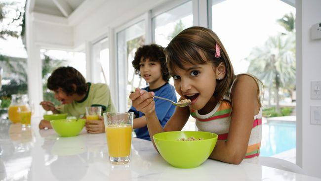 Tujuh tips sederhana yang bisa dilakukan orang tua saat mengajak anak makan, agar tumbuh kembangnya optimal.