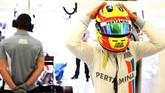 Rio Haryanto baru saja menjalani sesi kualifikasi di GP Bahrain yang terkenal dengan atmosfer Seribu Satu Malam di tengah gurun.