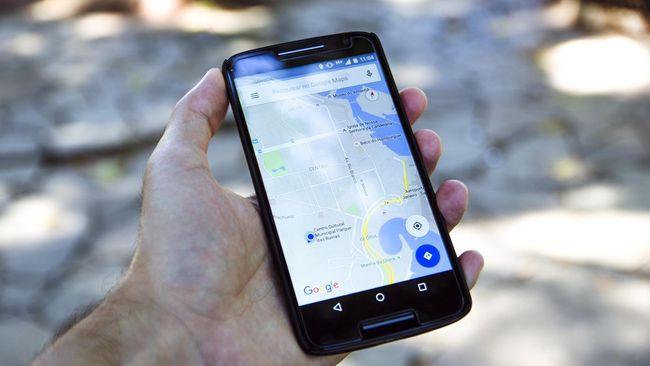 Google Maps ditipu agar menampilkan kemacetan palsu oleh seorang artis di AS menggunakan 99 ponsel.