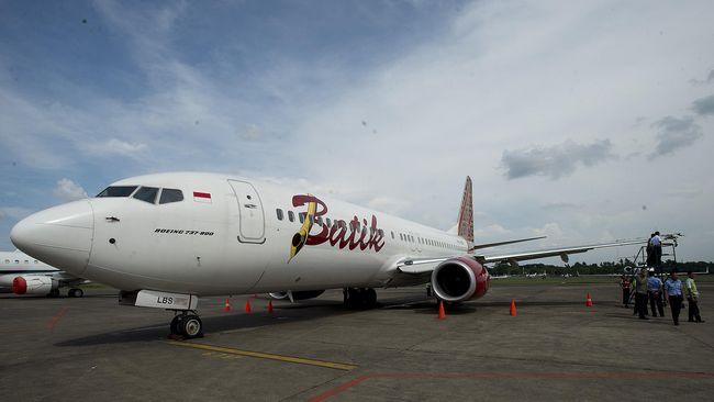 Badan pesawat Batik Air yang mendarat darurat di Bandara Sulthan Thaha, Jambi, berhasil dipindar dari landasan pacu ke landas parkir pada Minggu (7/3) pagi.