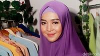 <p>Nuri Maulida berhijab sejak sebelum menikah, tapi baru mulai mengenakan jilbab syar'i setelah berkeluarga. Dia tampak konsisten mengenakan hijab yang panjangnya menutupi dada. (Nuri Maulida Gus Mun/detikHOT)</p>
