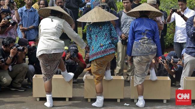 Di depan Istana Negara, sembilan pasang kaki dibenamkan ke adonan semen sebagai bentuk penolakan atas pabrik semen di Pegunungan Kendeng, Rembang.