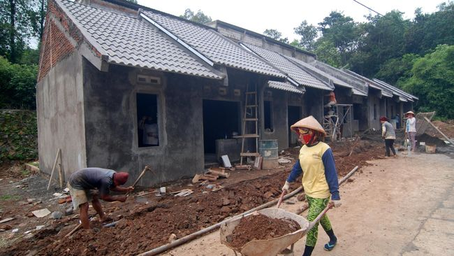 Sejumlah buruh mengerjakan pembangunan perumahan bersubsidi di Leyangan, Kabupaten Semarang, Jawa Tengah, Jumat (15/4). Setelah membangun sekitar 70.000 unit rumah bersubsidi pada 2015, Asosiasi Pengembang perumahan dan Permukiman Seluruh Indonesia (Apersi) menargetkan membangun sekitar 100.000 unit rumah bersubsidi untuk rumah masyarakat berpenghasilan rendah (MBR) pada 2016.  ANTARA FOTO/Aditya Pradana Putra/pd/16.