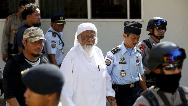 Terpidana terorisme Abu Bakar Baasyir dinilai hanya bisa menyuruh anak buahnya meledakan diri, tapi malah marah saat diminta untuk lebih dulu beraksi.