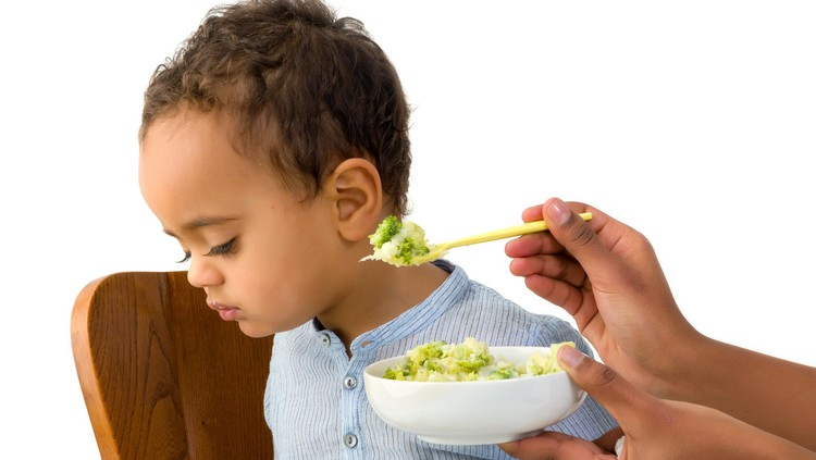 Siapa yang harus kejar-kejaran dulu sama anak ketika waktu makan? Lakukan tips berikut ini yuk, Bun, supaya anak gampang makan.