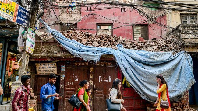 Ditinggal oleh kaum muda yang mencari uang di negeri orang, Nepal kini hanya menyisakan kaum tua dan anak-anak. Mereka mengaku rindu dengan Nepal yang dulu.