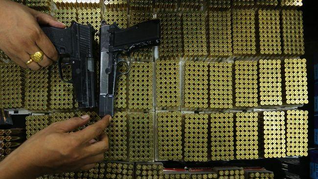 Dua personel Polri yang disangkakan menjual senjata api ke KKB Papua disebut baru akan diproses secara etik usai ada putusan inkrah.