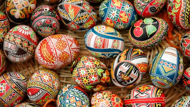 Cikal bakal tradisi berburu telur saat Pskah, berasal dari kebiasaan warga Mesir dan Persia kuno yang menghias telur dan ditukar di antara teman.