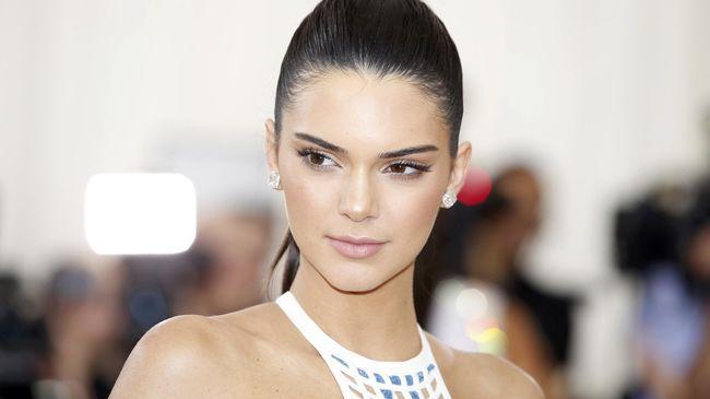 Kendall dan Kylie Jenner harus menerima hujatan dari keluarga dan fans berat legenda musik Hollywood gara-gara lini fashion yang mereka keluarkan.