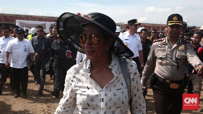 Helikopter Menteri Susi sempat berputar putar di atas lapangan sebelum mendarat. Kedatangan secara tiba-tiba Menteri Susi itu mengejutkan ratusan orang.
