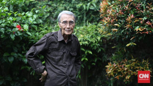 Sapardi Djoko Damono, sastrawan yang dikenal melalui berbagai puisi-pusinya yang menggunakan kata-kata sederahana. CNN Indonesia/Safir Makki