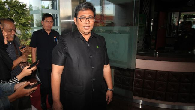Kejaksaan Agung menetapkan mantan Direktur PT Mobile-8 Anthony Chandra Kartawiria dan Direktur PT Djaja Nusantara Komunikasi (DNK) Hary Djaja sebagai tersangka.