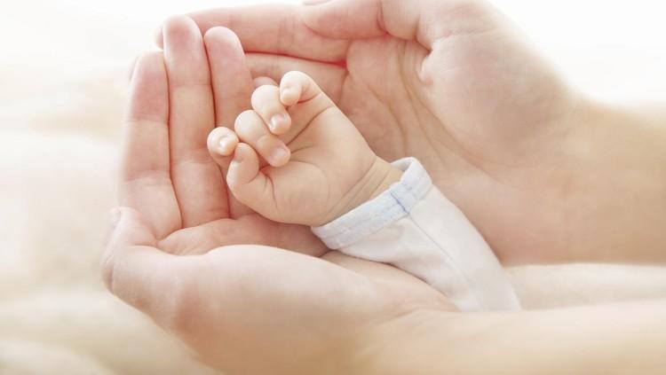 Bayi ini lahir di mobil. Nggak cuma itu, dia lahir dengan masih terbungkus kantong ketuban, Bun.
