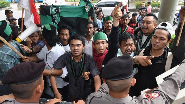 Peserta Kongres XXXI Himpunan Mahasiswa Islam (HMI) mengamuk dan memecahkan kaca Gedung Islamic Center, Surabaya.