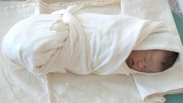 Membedong Bayi Supaya Kakinya Nggak Bengkok, Itu Mitos Bu