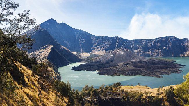 Mendaki gunung memang melelahkan, tapi bonus pengalaman seru dan pemandangan indah. Apa jadinya jika ada kereta gantung ke puncak Gunung Rinjani?