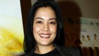 <p>Lulu Tobing merupakan bintang sinetron dan film Tanah Air yang eksis di era 1990-an. Ia pernah membintangi 10 judul sinetron dalam satu tahun pada 1999 silam. Istri Bani M. Mulia itu baru selesai menggarap film terbaru dengan judul <em>Yang Tak Tergantikan.</em> Film tersebut dirilis pada 15 Januari 2021 lalu dan dibintangi oleh sejumlah artis Tanah Air seperti Dewa Dayana, Maisha Kanna, dan Yasamin Jasem. (Foto: Rachman Haryanto)</p>