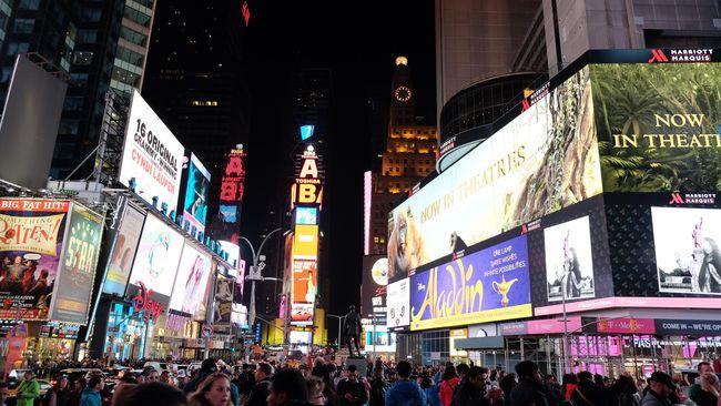 Meski malam sudah tiba, New York tetap tak kehilangan kilau semangatnya. Seperti kata Frank Sinatra dalam lagu legendarisnya, kota ini tak pernah tidur.