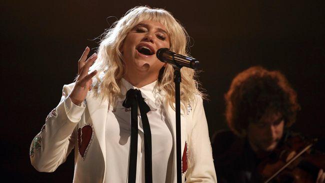 Kesha mengungkapkan pengalaman menyakitkan yang ia alami menjadi inspirasi dalam membuat album baru dan ia menuangkannya dalam album bertajuk 'Rainbow' itu.