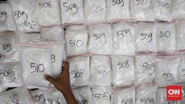 Polisi menyebut pengedar narkoba sengaja membungkus barang dagangannya dalam kemasan seperti kuaci untuk mengelabui polisi.