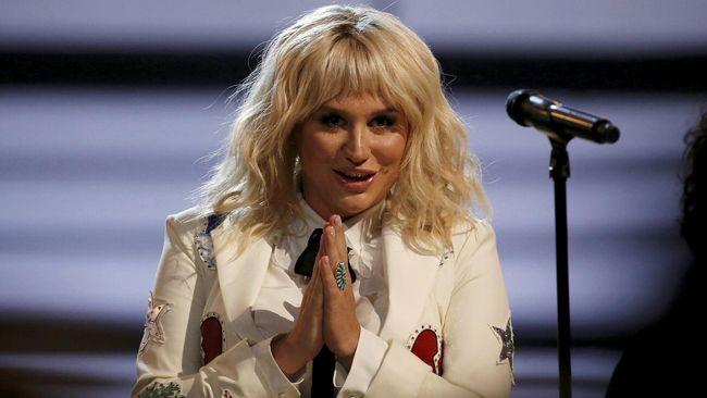 Kesha memberi bocoran melalui Instagram bahwa dirinya akan berkolaborasi dengan salah satu pemenang Grammy. Kemungkinan itu Swift.