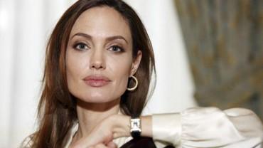 Kesedihan Angelina Jolie Melepas Putranya Kuliah di Luar Negeri