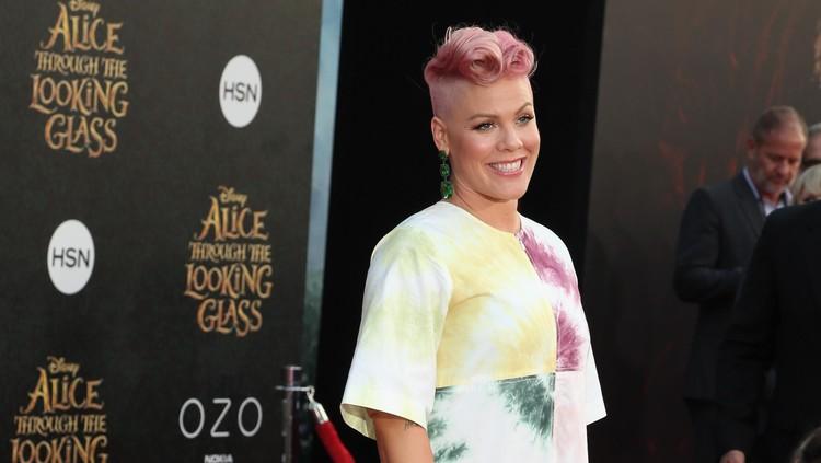 Penyanyi Pink mendapat kejutan dari suaminya usai pulang tak bawa piala Grammy. So sweet!
