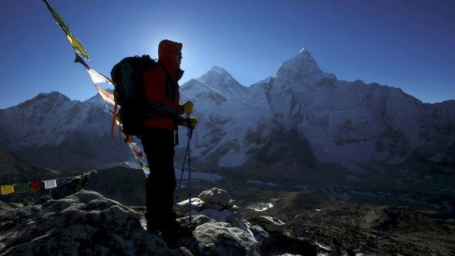 Mendaki gunung memang melelahkan, namun pemandangan indah di sekitarnya merupakan bonus yang sayang untuk dilewatkan.