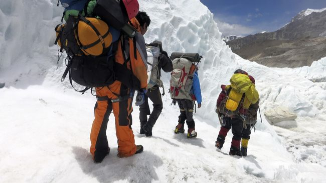 Dua janda sherpa yang tewas di Gunung Everest berencana melakukan pendakian pada tahun ini demi mengusir duka atas kepergian suaminya.