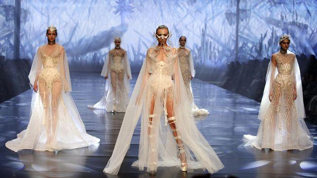 Bukan hal yang mudah menembus Paris Fashion Week. Namun, desainer Indonesia tidak kenal lelah berusaha menancapkan kuku di pusat mode dunia itu.
