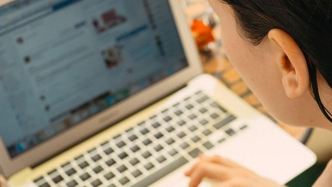 7 Cara 'Jaga Badan' Saat Duduk di Depan Laptop Seharian