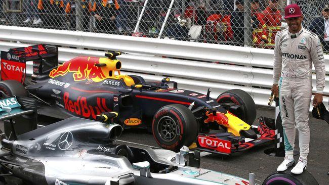 Lewis Hamilton sangat gembira karena namanya kini sejajar dengan Ayrton Senna dalam hal rekor pole position di Grand Prix Italia.