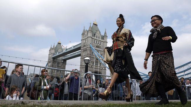 Selain makanan, hal lain yang juga jadi pusat perhatian adalah peragaan busana karya perancang muda Indonesia di tepi sungai Thames.