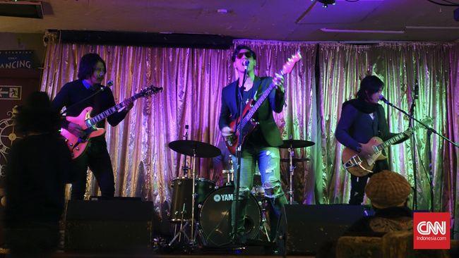 Grup band asal Bandung, Speakers First, mendapat tawaran  manggung di beberapa bar malam kecil di sekitaran London.